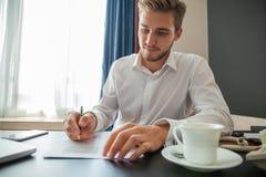 Fermez-vous vers le haut du contrat de signature d'homme d'affaires faisant une affaire, affaires classiques photos stock