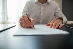 Fermez-vous vers le haut du contrat de signature d'homme d'affaires faisant une affaire, affaires classiques photos libres de droits