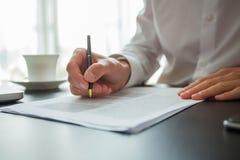 Fermez-vous vers le haut du contrat de signature d'homme d'affaires faisant une affaire, affaires classiques photographie stock libre de droits