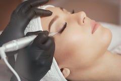 Fermez-vous vers le haut du cosmetologist faisant le maquillage de constante d'eye-liner Photographie stock libre de droits