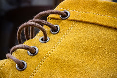 Fermez-vous vers le haut du détail de la chaussure orange Photos libres de droits