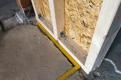 Fermez-vous vers le haut du détail des éléments en bois de mur de construction de maison Inte Photographie stock libre de droits