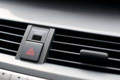 Fermez-vous vers le haut du détail des voyants d'alarme se boutonnent et des évents à l'intérieur d'une voiture Image stock
