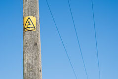 Fermez-vous vers le haut du danger se connectent le pôle de l'électricité Photos libres de droits