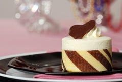 Fermez-vous vers le haut du dessert blanc de gâteau de chocolat Photo libre de droits