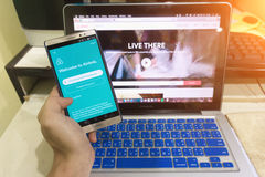 Fermez-vous vers le haut du dispositif d'Android montrant l'application d'Airbnb sur l'écran Photo stock