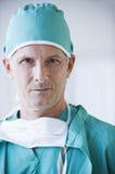 Fermez-vous vers le haut du docteur mâle sérieux Images stock