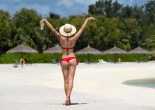 Fermez-vous vers le haut du dos de fille dans le bikini contre la plage et le cocktail d'océan photo libre de droits