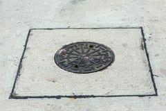 Fermez-vous vers le haut du drain de gril de l'?gout autour de la rue ou du passage couvert Syst?me de recyclage de l'eau Traitem photo libre de droits