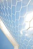 Fermez-vous vers le haut du but du football image libre de droits