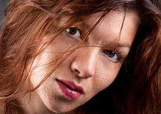 Fermez-vous vers le haut du femme avec des gouttelettes d'eau sur le visage image stock