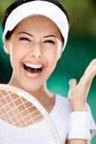 Fermez-vous vers le haut du femme sportif heureux avec la raquette de tennis photographie stock libre de droits