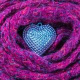 Fermez-vous vers le haut du fond de jour de valentines avec le coeur et les écharpes argentés Images libres de droits