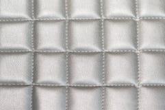 Fermez-vous vers le haut du fond en cuir piqué de texture de gris argenté Image libre de droits