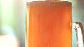 Fermez-vous vers le haut du fond et du dessus de la bière épaisse d'ébauche clips vidéos