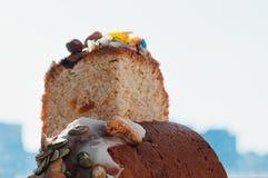 Fermez-vous vers le haut du fond fraîchement cuit au four de ciel de gâteau de Pâques photo stock