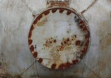 Fermez-vous vers le haut du fond du r?servoir rouill? en m?tal avec le trou circulaire rouill? images stock