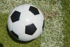 Fermez-vous vers le haut du football dans le but Photographie stock