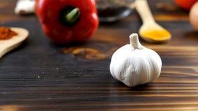 Fermez-vous vers le haut du foyer de chariot dépistant la longueur du poivron doux, de l'ail, du curry et des oignons clips vidéos