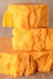 Fermez-vous vers le haut du fromage de cheddar de morceaux Image stock