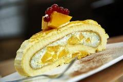 Fermez-vous vers le haut du gâteau de mangue Photographie stock