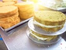 Fermez-vous vers le haut du gâteau faisant dans l'industrie de gâteau Photos libres de droits