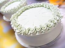 Fermez-vous vers le haut du gâteau faisant dans l'industrie de gâteau Photographie stock libre de droits