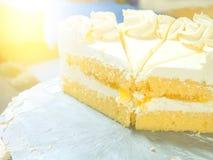 Fermez-vous vers le haut du gâteau faisant dans l'industrie de gâteau Photo stock