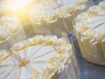 Fermez-vous vers le haut du gâteau faisant dans l'industrie de gâteau Photos stock