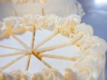 Fermez-vous vers le haut du gâteau faisant dans l'industrie de gâteau Image libre de droits