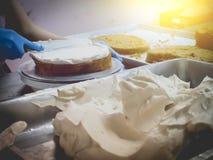 Fermez-vous vers le haut du gâteau faisant dans l'industrie de gâteau avec le filtre de vintage Images stock