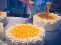 Fermez-vous vers le haut du gâteau faisant dans l'industrie de gâteau avec le filtre de vintage Image libre de droits