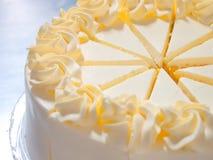 Fermez-vous vers le haut du gâteau orange de crème de fouet Photo libre de droits