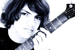 Fermez-vous vers le haut du garçon de l'adolescence avec la guitare basse électrique au-dessus du blanc Photo libre de droits