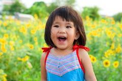 Fermez-vous vers le haut du grand sourire gentil des enfants asiatiques image stock