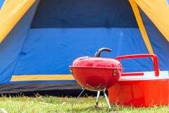 Fermez-vous vers le haut du gril avec le barbecue coloré sur le gril dans le terrain de camping Images libres de droits