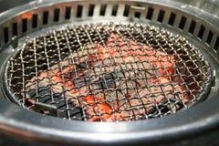 fermez-vous vers le haut du gril brûlant chaud de fourneaux de charbon de bois Images stock