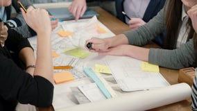 Fermez-vous vers le haut du groupe d'échange d'idées de la réunion créative d'équipe d'affaires de jeunes architectes dans le bur banque de vidéos