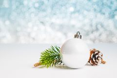 Fermez-vous vers le haut du groupe de la boule brillante de Noël blanc sur la table blanche à Photo stock