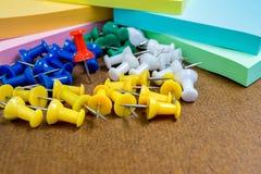 Fermez-vous vers le haut du groupe de la goupille de papier colorée Photo stock