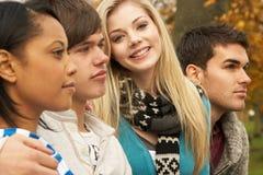 Fermez-vous vers le haut du groupe de quatre amis d'adolescent Photo stock