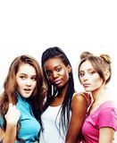 Fermez-vous vers le haut du groupe divers de sourire heureux de filles de nation, adolescent frien Photographie stock libre de droits