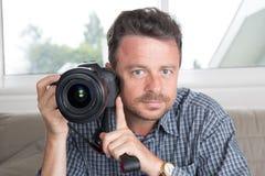 Fermez-vous vers le haut du jeune photographe masculin beau heureux Taking Picture Image libre de droits