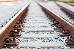 Fermez-vous vers le haut du joint de rail, ancre de rail avec la ligne de perspective des voies ferrées images libres de droits