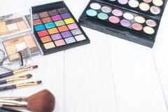 Fermez-vous vers le haut du kit d'ombre avec des brosses pour le maquillage Fond de beauté Photographie stock libre de droits