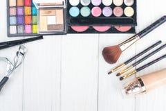 Fermez-vous vers le haut du kit d'ombre avec des brosses pour le maquillage Fond de beauté Image libre de droits