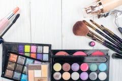 Fermez-vous vers le haut du kit d'ombre avec des brosses pour le maquillage Fond de beauté Photo libre de droits