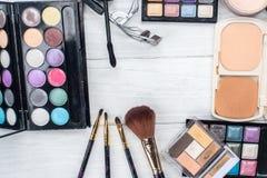 Fermez-vous vers le haut du kit d'ombre avec des brosses pour le maquillage Fond de beauté Image stock