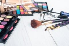 Fermez-vous vers le haut du kit d'ombre avec des brosses pour le maquillage Fond de beauté Photos libres de droits