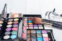 Fermez-vous vers le haut du kit d'ombre avec des brosses pour le maquillage Fond de beauté Images libres de droits